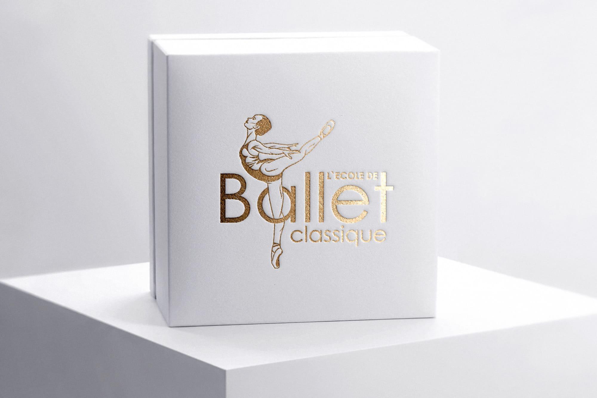 коробка с логотипом школы балета